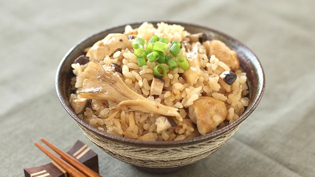 Takikomi-gohan  (Soy sauce flavored rice cooked with chicken and mushrooms)